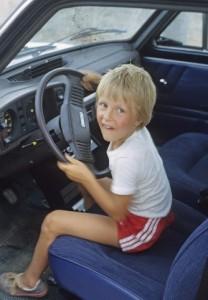 Niño conduciendo