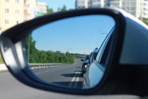 carretera desde el retrovisor