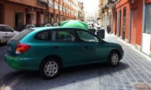coche mal aparcado sobre la acera