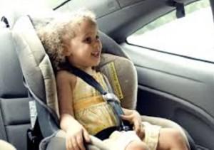 niña en sistema de retención infantil