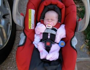 bebé en su sillita de coche