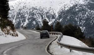 Coche en una carretera de montaña