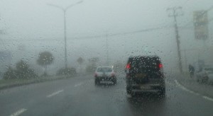 Coches en la carretera mojada