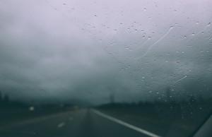 Con lluvia en la carretera