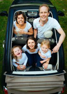Familia de vacaciones en el coche
