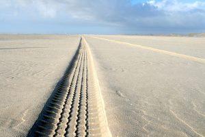 Rueda de neumático en la playa